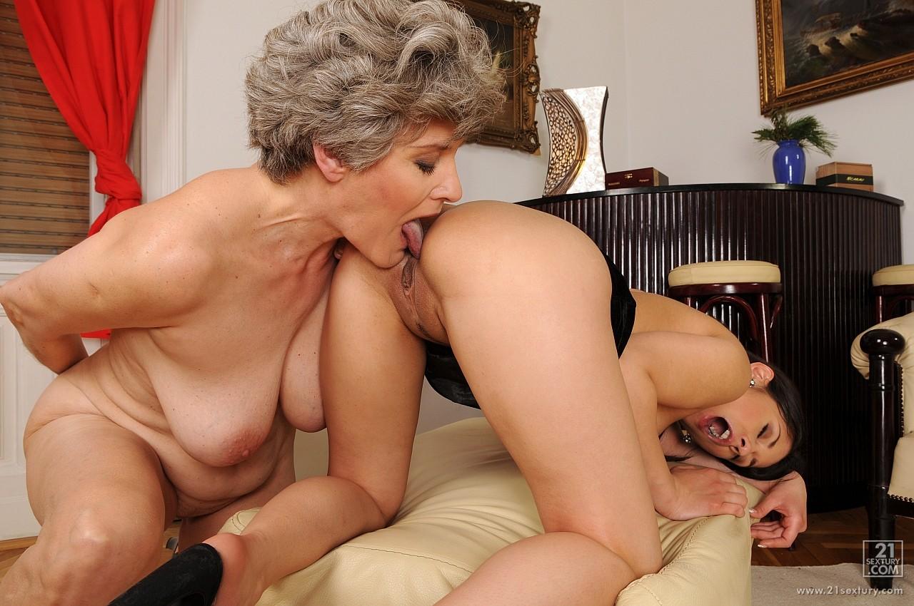 Старые лесбиянки фото секс, Зрелые лесбиянки с молодыми - Фото галерея 19 фотография