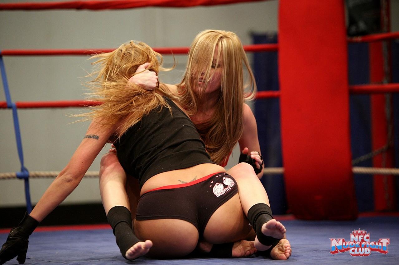Шлюхи дерутся и кончаются на ринге 28 фотография