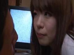 Wife`s сексуальная азиатская старшая сестра остается на ночь и трахается