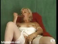Мамочка играет с дылдо