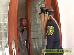 Девушка полицейская приехала по вызову к чёрному парню в дом, а он её трахнул