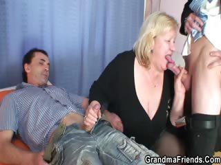 Бабы сдаивают мужиков