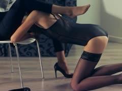 Порно лизбиянки в бане тыкают в друг друга самотыки