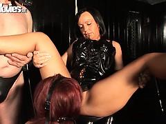 Лапание девушек в общественном порно видео