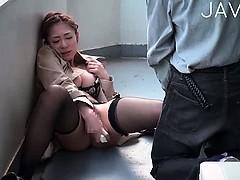 Брюнетка чистила зубки секс