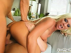 Sex anal brutal cu o blonda rupta in futai de doi tipi