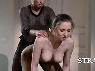 Секс лесби с двухсторонним дилдо фото