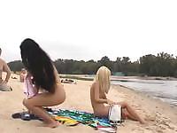Эти пляжные крошка бегают на пляже голым в