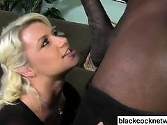 Женщина проводит порнокастинг смотреть