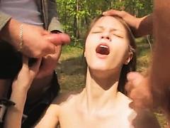 Девка пихает себе в пизду