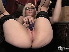 Клиент трахает официянтку порно видео