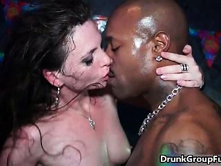 Порно зрелые в межрасовом групповом