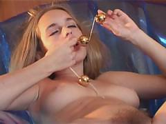 Девушка мастурбирует с шариками и эякулятов