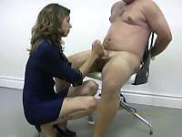 Полицейский мучает голый преступника, мастурбируя и