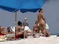 Грудастая сексуальные цыплят на нудистского пляжа