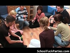 Порно зрелая с тремя подростками