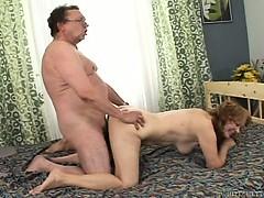 Сексуальная дает сразу двум порно