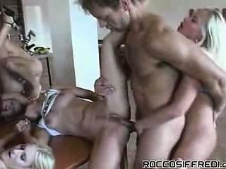Три зрелые мамки занялись сексом