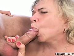 Красивая первокурсница доводит себя до оргазма массажёром