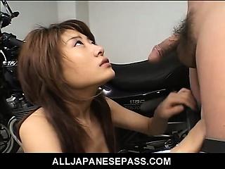 Секс с молодой волосатой брюнеткой