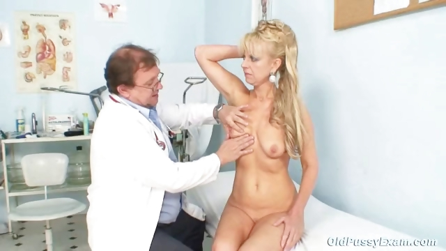 Porno Video of Anezka Old Pussy Gyno Speculum Examination