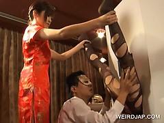 Муж смотрит как его жену трахает официант в ресторане
