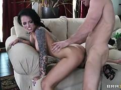 Гуляет с анальной пробкой порно видеоролики