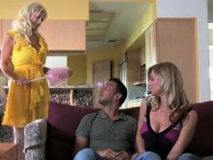 Домашнее порно: сексуальная блондинка делает минет