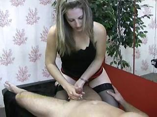 η μασάζ φαίνεται επικεντρωμένη καθώς αυνανίζει τον κόκορα του πελάτη της