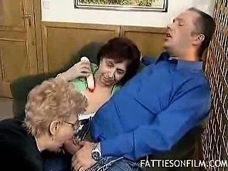 Жирная баба бурно кончает смотреть порно
