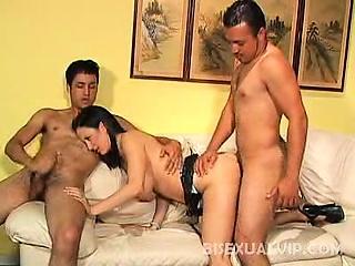 Два бисексуала трахают девушку