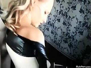 Уговорила парня на миньет порно видео
