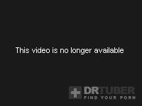 Азиатская девушка в подъемных его и, используя ее рот на конце