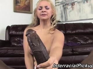 Красивая девушка страпон трахает парня смотреть порно онлайн