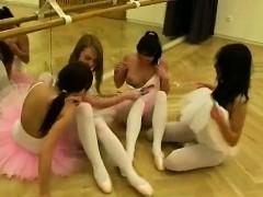 Фото голых парней моются