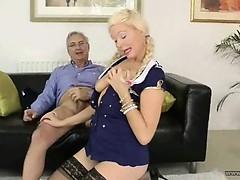 Бабы секс машиной трахают другую бабу