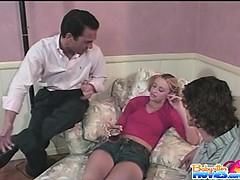 Две девушки трахуют полицейского