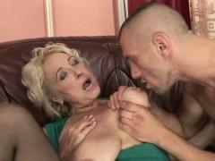 Азиатка делает интим массаж мужику порно