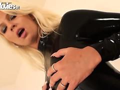 Девушка оттягивает пизду видео