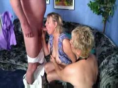 Зрелые женщины трахают молодого парня