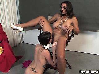 Лапает молодые сиськи смотреть порно