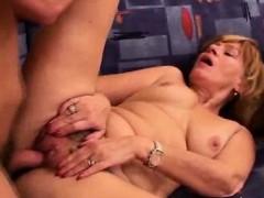 Видео онлайн зрелая брюнетка мастурбирует