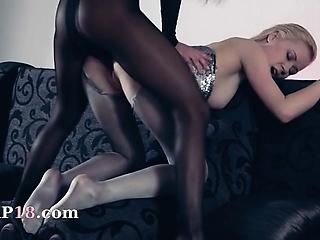 Жаркий секс лесбиянок со страпоном