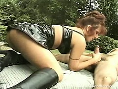 Сексуальная девушка в джинсах в автобусе видео