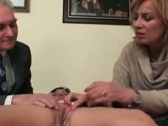 Красивые девушки мастурбируют агурцом