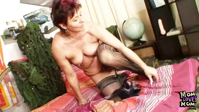 Porno Video of Older Amateur Mom Squeezing Her Pussy Muscles