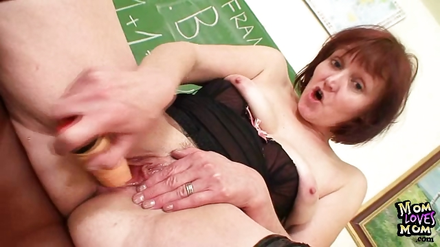 Sex Movie of Old Amateur Mom Toying Herself On A School Desk