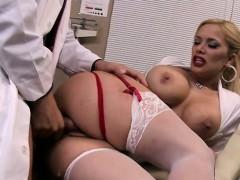 Порно стоящие груди