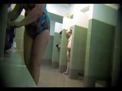 Скрытая камера в женском душевой показывая все это