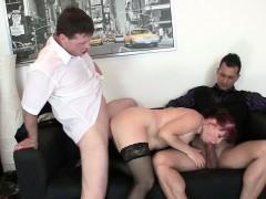 Лесбиянка соблазнила у клуба девушку видео